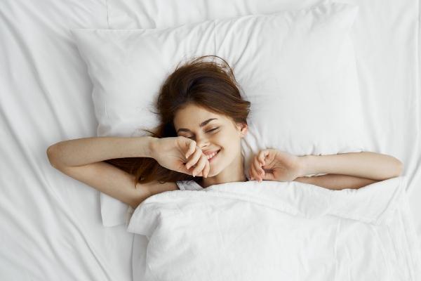 Hoe herstel je beschadigd haar terwijl je slaapt?